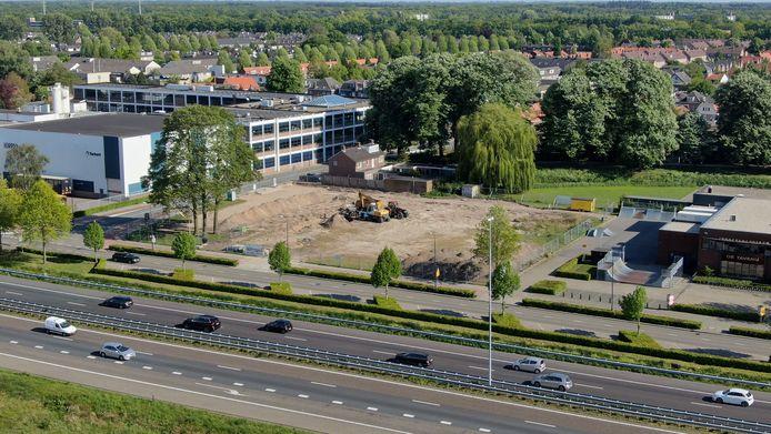 De nieuwe brandweerkazerne in Waalwijk verrijst op het nu nog braakliggende perceel tussen jongerencentrum de Tavenu en tapijtfabrikant Tarkett/Desso.