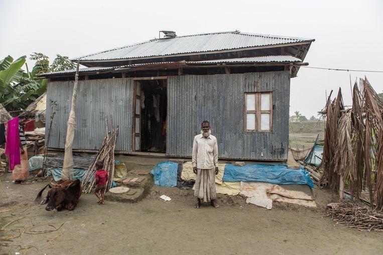 Abdul Malek (60) en zijn gezin zijn inmiddels vijftien keer verhuisd vanwege het water. Beeld Reza Shahriar Rahman