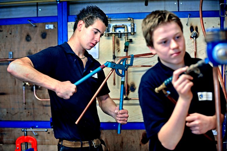 Leerlingen krijgen les in installatietechniek.  Beeld Raymond Rutting / de Volkskrant