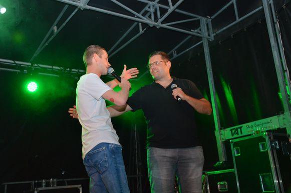 Sam Gooris met organisator Jeroen Wiggeleer 'dj Franzke' op het Atoms campingconcert.