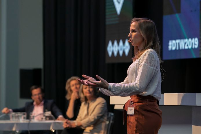Tessie Hartjes van Lightyear op het podium bij de opening van de Dutch Technology Week in het gebouw van de Brainport Industries Campus in Eindhoven.