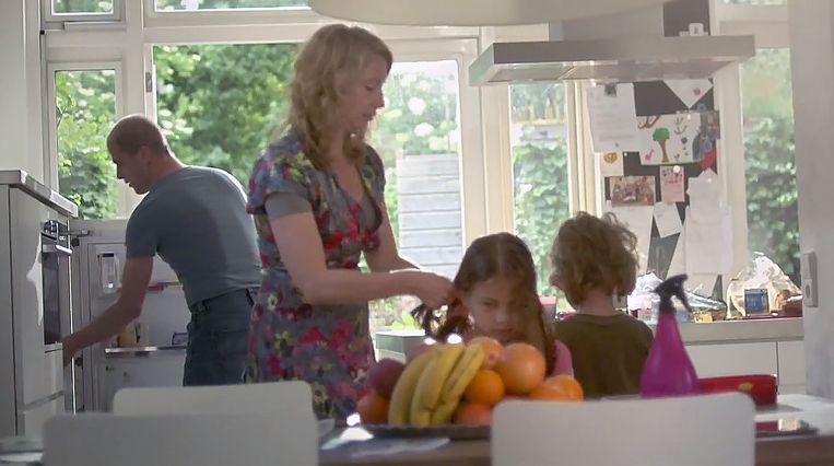 Diederik Samsom met zijn vrouw en kinderen in een campagnespot. Beeld