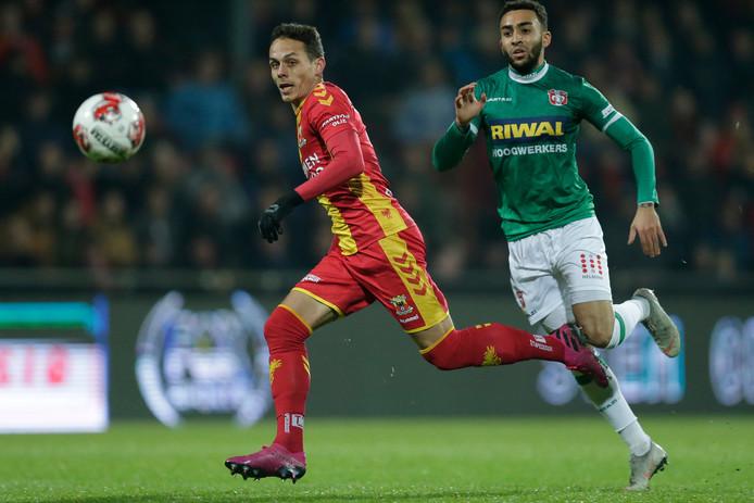 Jaroslav Navratil van Go Ahead Eagles en Brandon Ormonde Ottewill van FC Dordrecht.