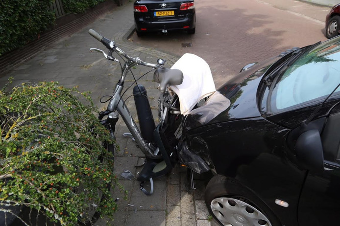 De fiets zat klem tussen de auto en het paaltje