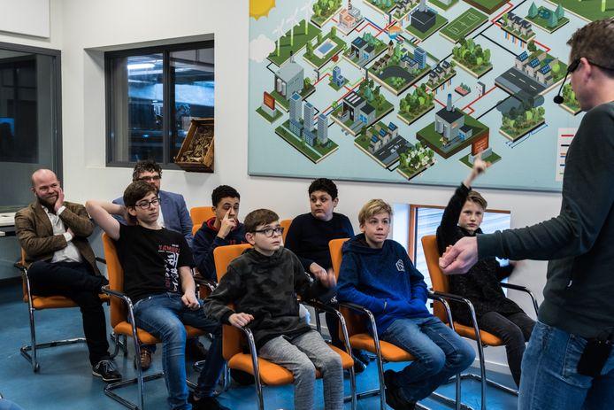 Kinderen maken kennis met de techniek tijdens de Experience. Links op de foto kijkt gedeputeerde Peter Kerris mee.
