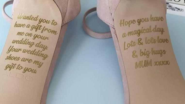 De gepersonaliseerde trouwschoenen met de boodschap van Emma's moeder.