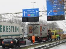 Auto botst op vrachtwagen op A1 bij Terschuur