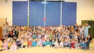 Kleuters en juffen De Luchtballon in pyjama naar school voor Bednet