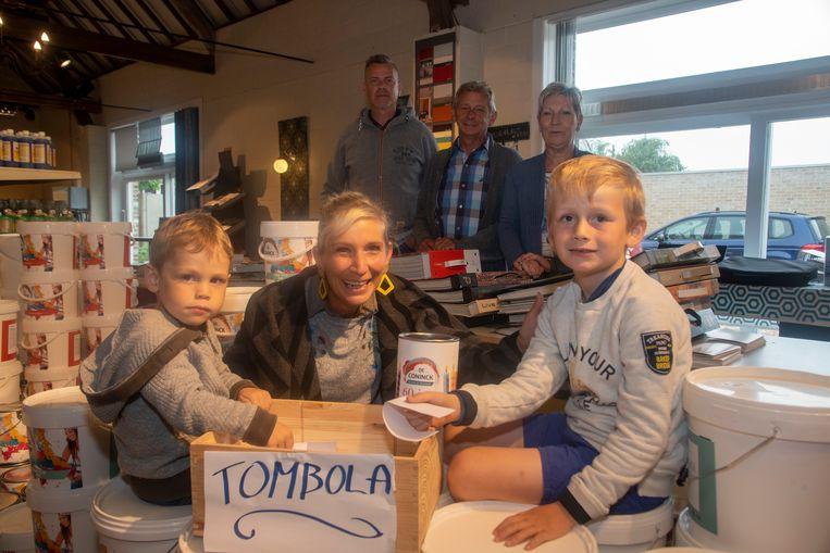 Verven De Coninck viert 60ste verjaardag. Lasse en Wolf zijn de onschuldige kinderhand van dienst om de tombola te loten.