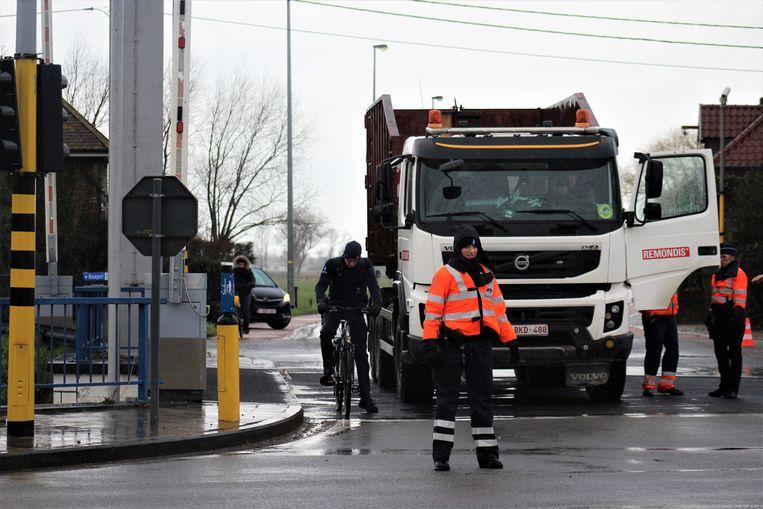 De verkeersdeskundige neemt allerhande beelden om na te gaan of de fietser zichtbaar was voor de vrachtwagenchauffeur. Intussen houdt de politie het verkeer tegen. Auto's moesten omrijden, omdat de brug versperd was door de reconstructie.