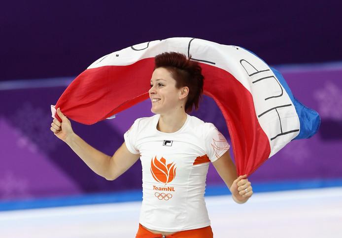 Ter Mors viert haar winst op de 1000 meter op de schaatsbaan in Pyeongchang