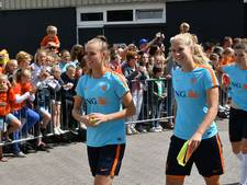 Honderden voetbalfans op training Oranjevrouwen in De Lutte