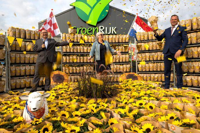 Marc Damen, directeur Zonnebloem Nederland, Rita van Gerven, coördinator afdeling Geldrop en  burgemeester Jos van Bree.