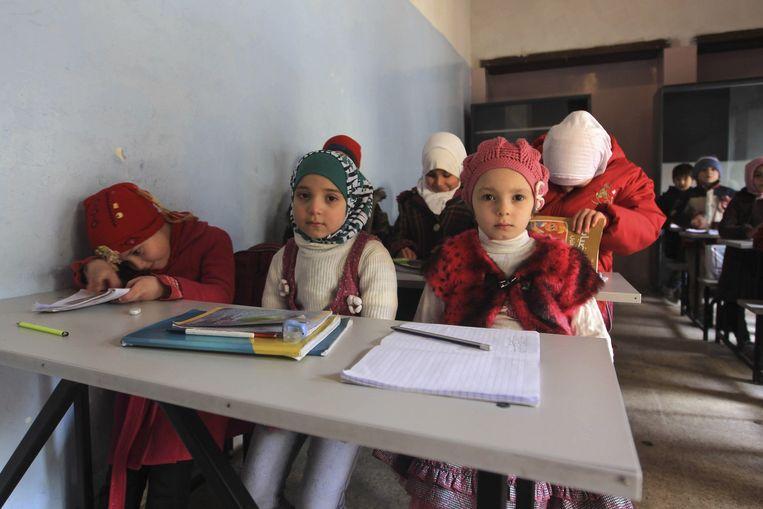 Syrische kinderen in een klaslokaal in Aleppo. Beeld reuters