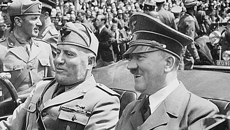 Benito Mussolini en Adolf Hitler samen in een auto tijdens de Tweede Wereldoorlog. Beeld anp