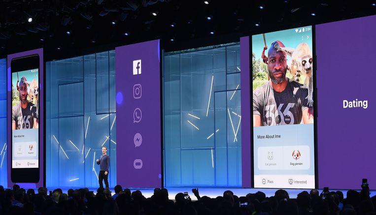 Mark Zuckerberg houdt een presentatie in San Jose, Californië, waar hij de datingfunctie introduceert. Beeld AFP