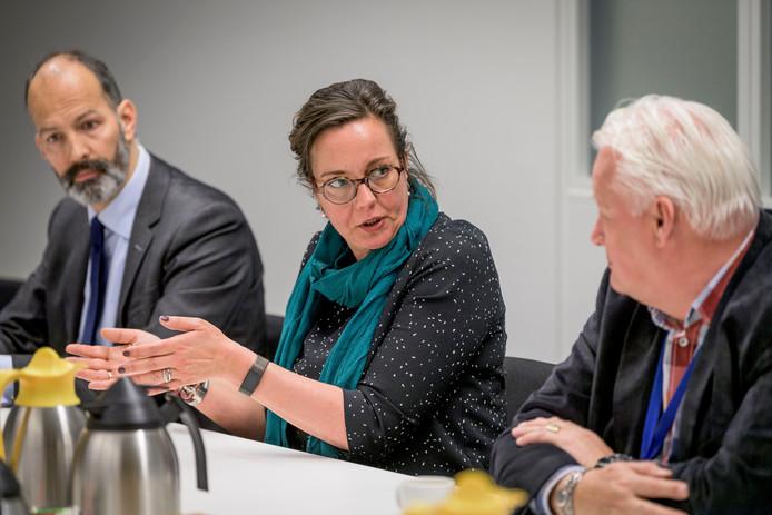 Staatsecretaris Tamara van Ark (midden) op bezoek in Almelo