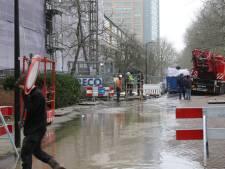 Hijskraan zakt door straatstenen en raakt waterleiding: Tubasingel binnen no-time onder water