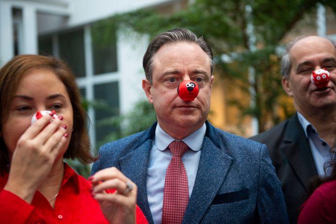 Burgemeester Bart De Wever, schepen Nabilla Ait Daoud en schepen Claude Marinower met een rode neus.