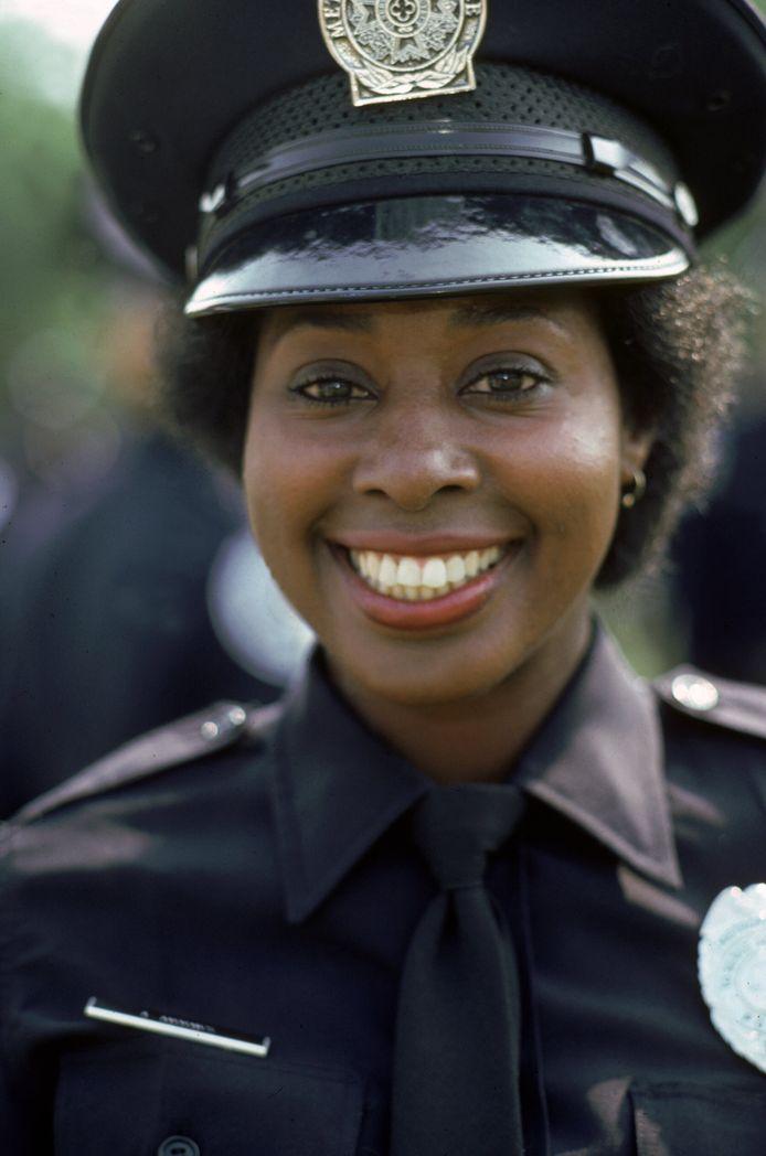 Marion Ramsey dans son uniforme de policière