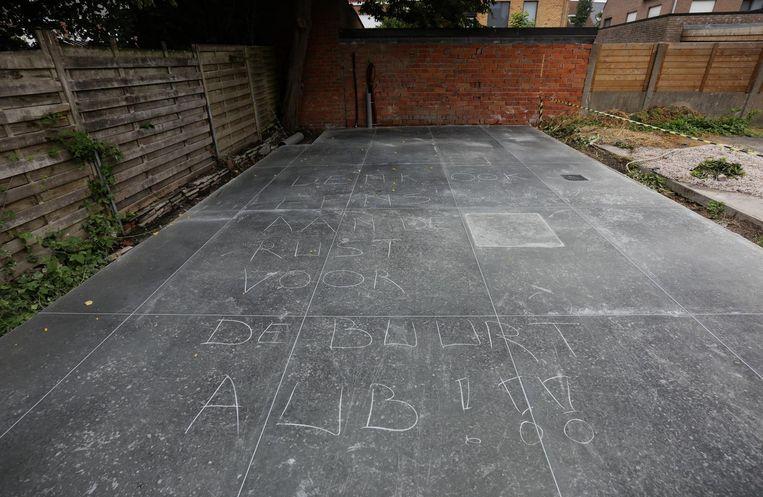 De vandaal liet zijn boodschap in krijt achter op de nieuwe terras van restaurant Cantine Copine.