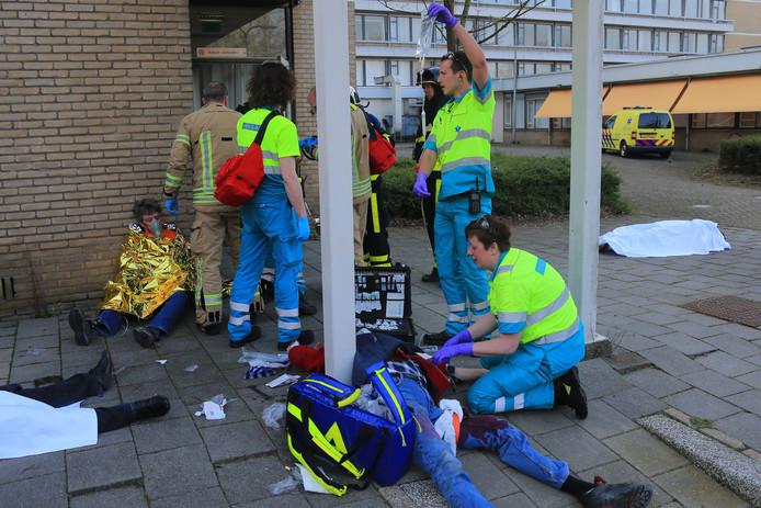 Ambulancepersoneel in actie bij een terrorisme-oefening in Dordrecht