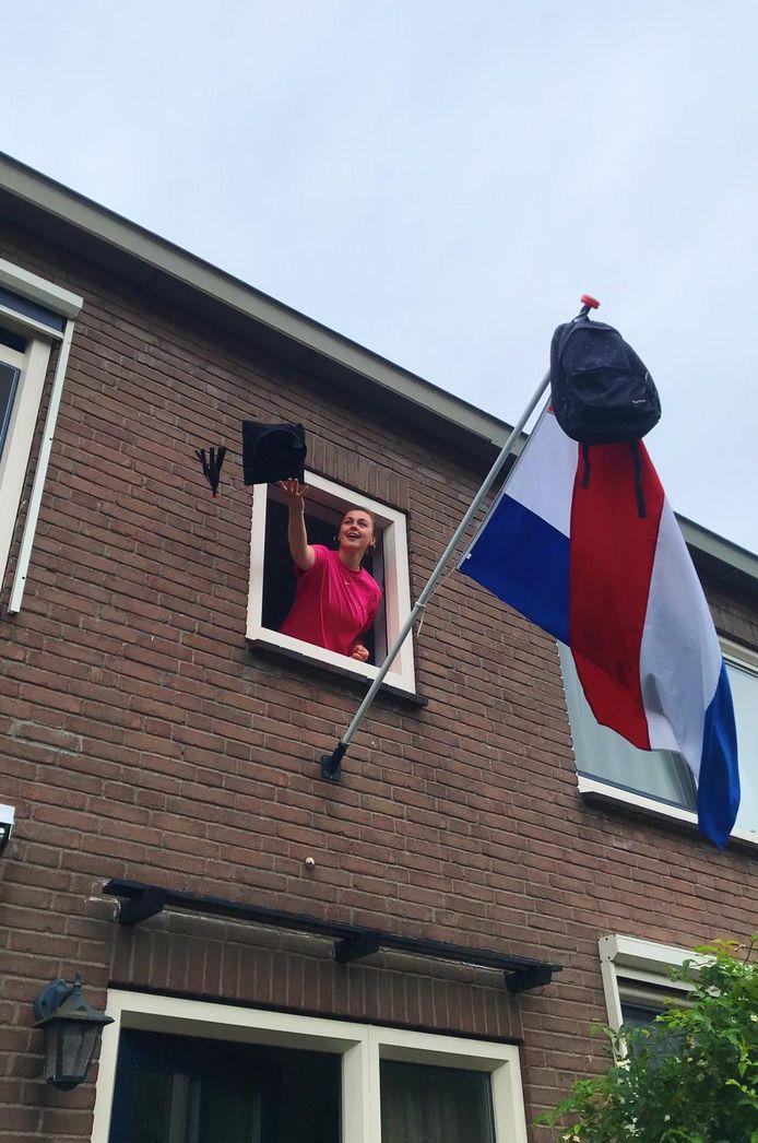 Dit is Birgit van Putten uit Kampen. Ze is geslaagd voor het vwo aan het Greijdanuscollege in Zwolle. Ze hoopt toegelaten te worden voor de studie Bestuurs- en Organisatiewetenschappen in Utrecht. Opnieuw een spannende periode dus.