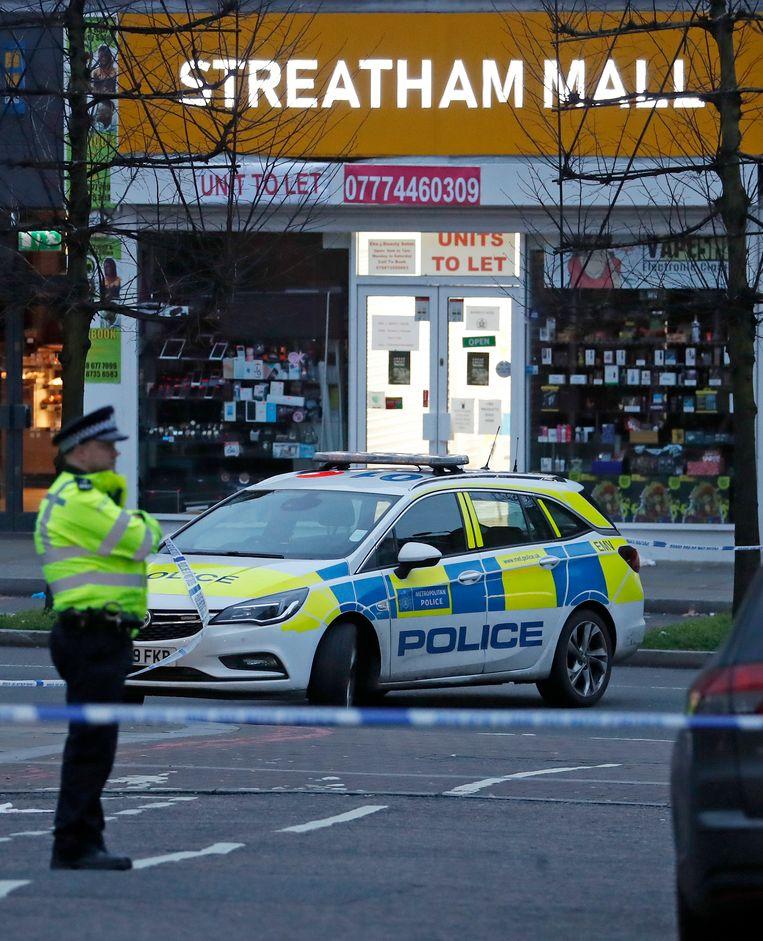De Londense politie heeft het gebied afgezet met linten nadat de messentrekker is neergeschoten.  Beeld AP