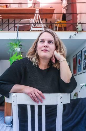 """Hannelore Bedert verwerkt de dood van haar man in een boek: """"'Als hij er doorkomt, zal het als een plantje zijn', zei de spoedarts. Ik vond het fair dat hij dat zei"""""""