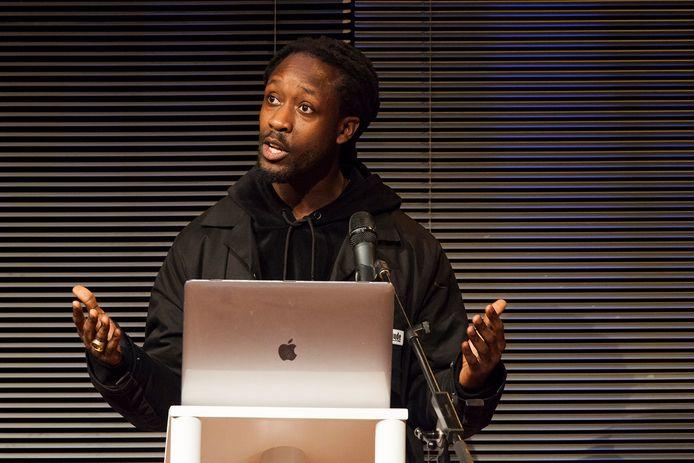Rapper/dichter Akwasi houdt de laatste Peerke Donderslezing onder die naam.