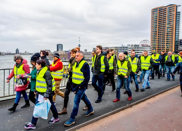 De 'gele hesjes' tijdens hun demonstratie op De Erasmusbrug in december 2018, toen er nog een grote opkomst was.