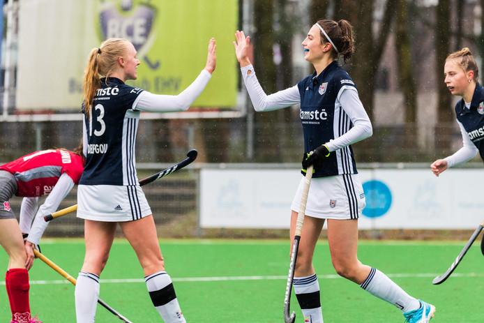 Linn Delfgou en Sanne Steenhuisen (EHV) blij na een doelpunt