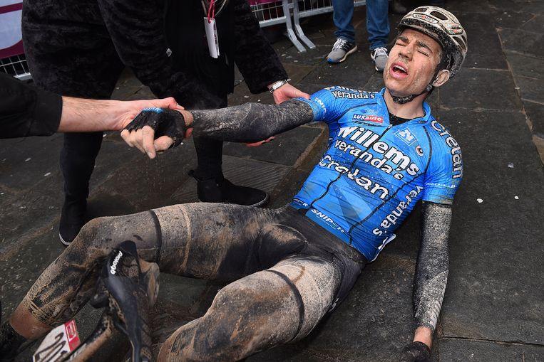 Van Aert uitgeput nadat hij indruk maakte in de Strade Bianche.