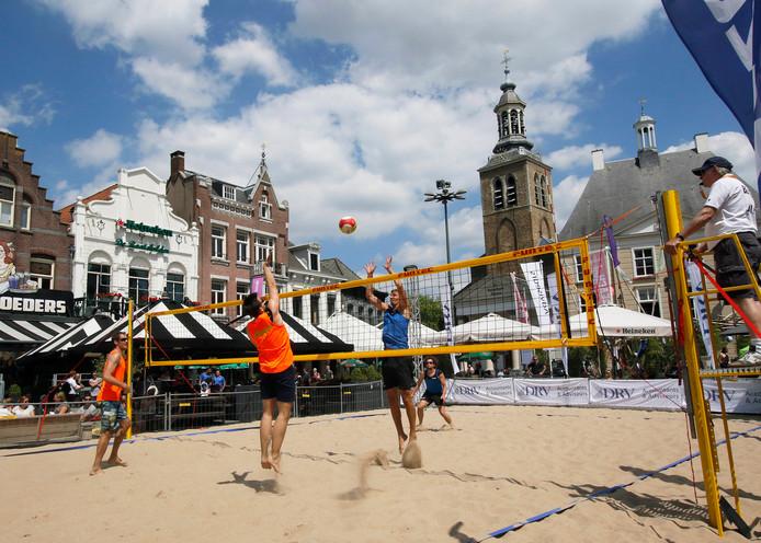 Beachvolleybal op Oude Markt in Roosendaal,  in zomerse omstandigheden die bij deze sport horen.   Foto : Gerard van Offeren/Pix4Profs