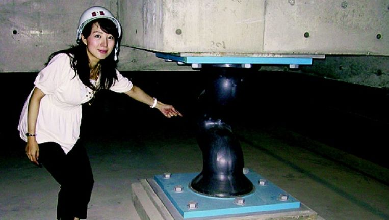 De Japanse bouwwereld hanteert een speciale aardbevingsbestendige techniek: grote gebouwen worden ongevoelig voor aardschokken door het aanbrengen van zachte, S-vormige of spiraalvormige stootkussens. Beeld
