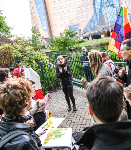 Demonstranten blokkeren ingang Gasunie in Groningen