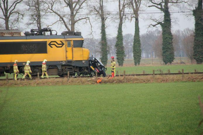 Het wrak van de auto voor de trein. Foto: News United / Leo van 't Hul