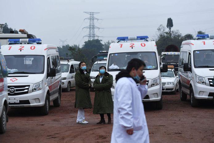 Ambulances wachten aan de mijn terwijl de reddingsactie nog aan de gang is.