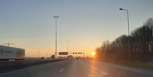 Zonsopkomst boven de A15 bij Knooppunt Valburg