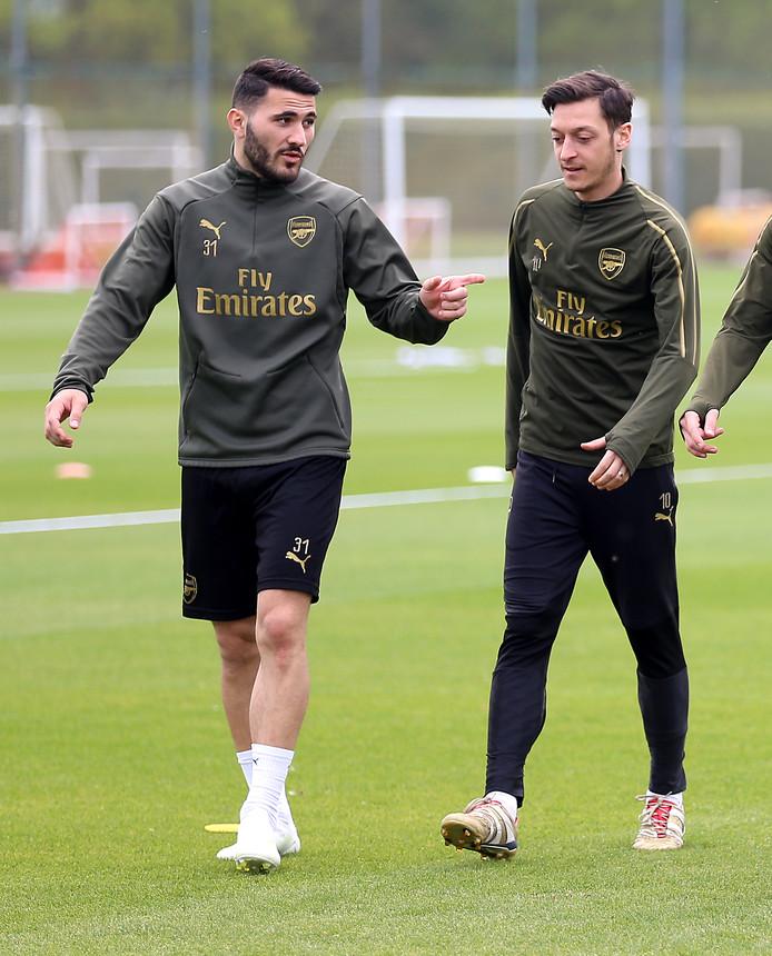 Sead Kolasinac en Mesut Özil op de training bij Arsenal.