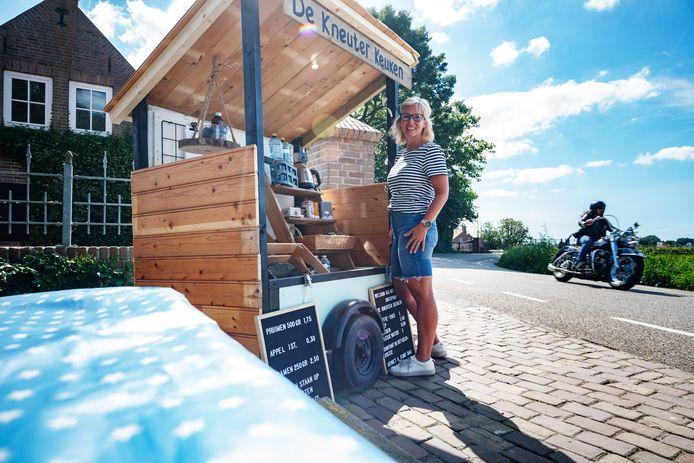 Miranda Hoekstra heeft een gezellig stalletje ingericht waar men van alles kan kopen voor tijdens bijvoorbeeld een fietstochtje.