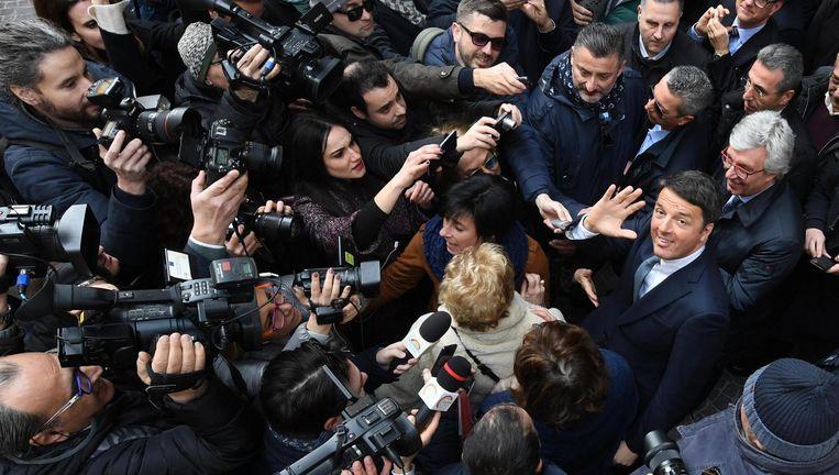 De leider van de Italiaanse sociaal-democraten, ex-premier Matteo Renzi, omringd door de pers op campagne in Napels. Beeld epa
