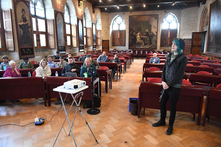 De deelnemers van de training stellen hun eigen droomproject en bijhorend ondernemingsplan voor in het gotische stadhuis van Leuven.