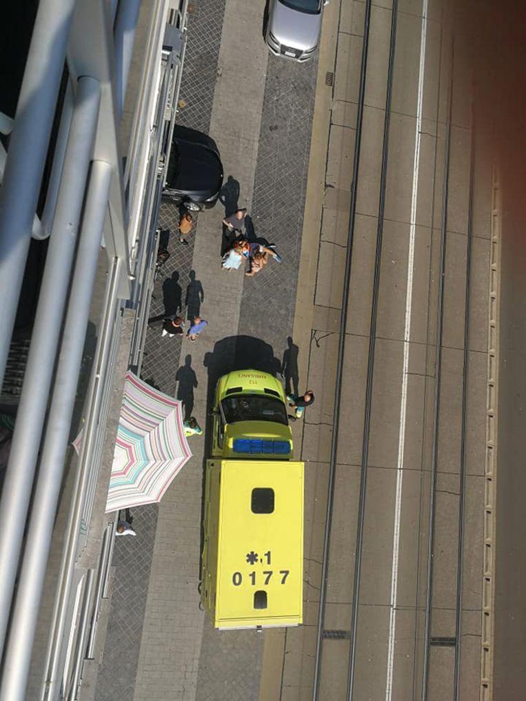 Een jongen van 15 reed met zijn elektrische step tegen een auto die uit een garage kwam gereden.