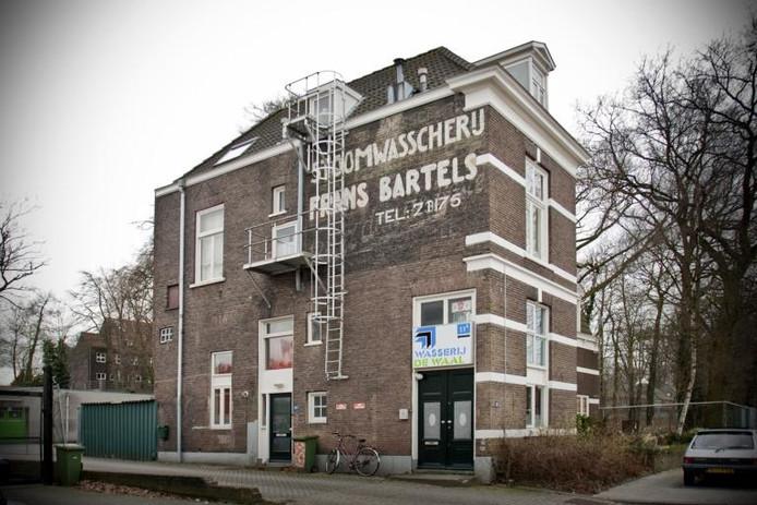 Tot spijt van Sjef Bartels ontsiert een brandtrap de muurschildering van het familiebedrijf. foto Merijn Koelink/De Gelderlander