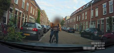 Appende fietsster die tegen auto reed meldt zich na Facebookbericht