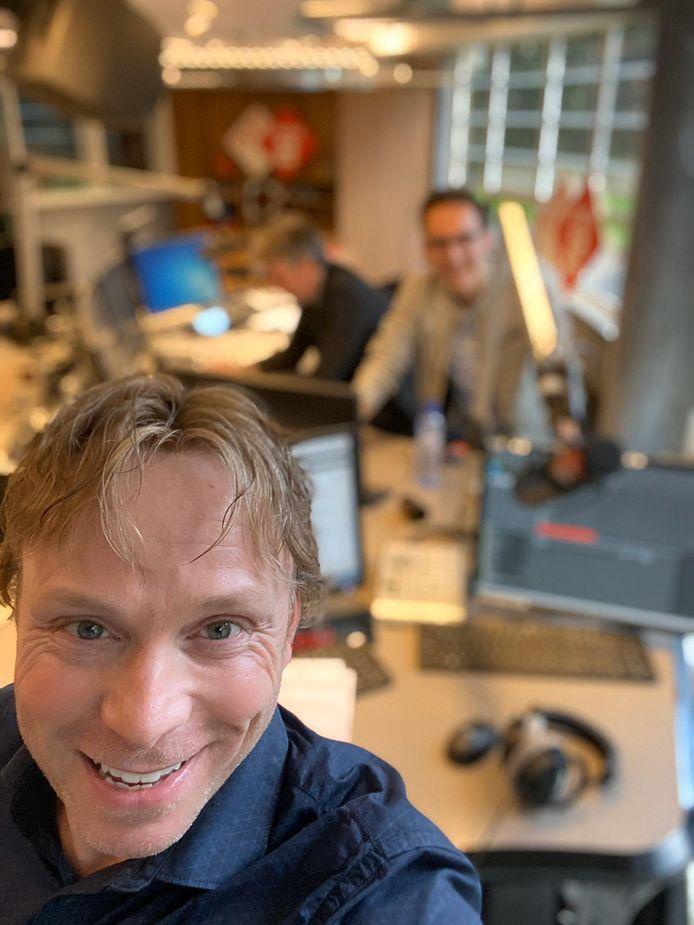 Matijn Nijhuis, in de radiostudio in Hilversum.
