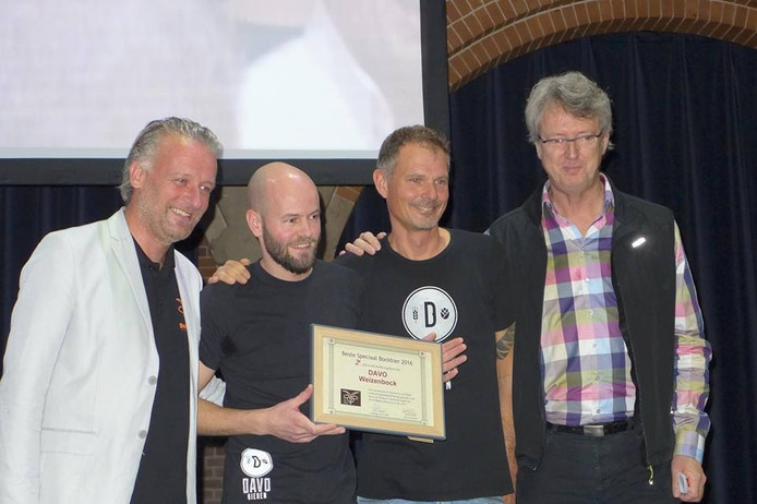 De mannen van DAVO Bieren nemen de tweede prijs in ontvangst.