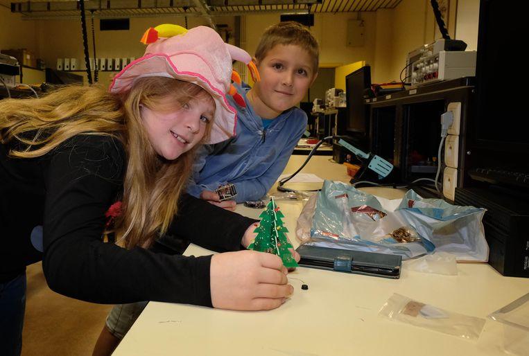 De jarige Lien en Kasper leren solderen