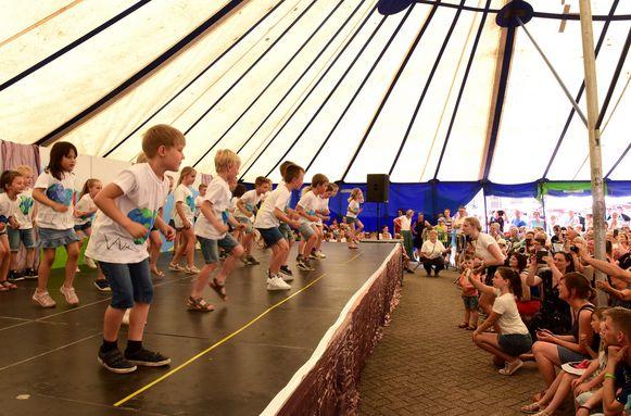 De kinderen traden op in een grote tent